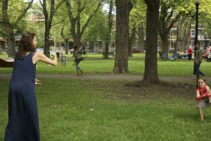 Cyn joue au freesby avec les enfants malgré ses huit mois de grossesse