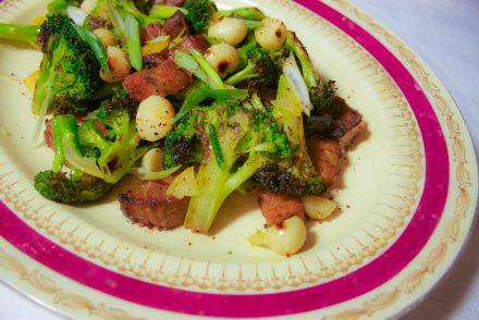 Salade de brocolis et flanc de porc