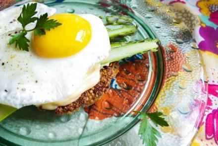 galette de quinoa asperges et oeuf au plat