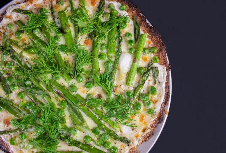 Pizza de chou fleur et légumes verts