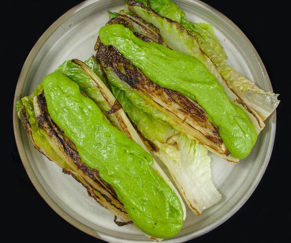 Coeurs de romaine grillés et sauce de la déesse verte