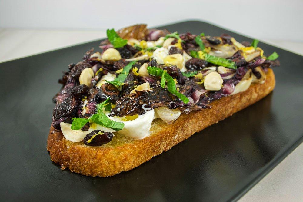 Tartine à la burrata, radicchio grillé & raisins
