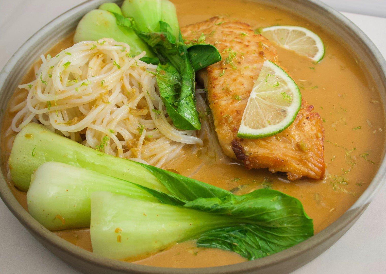 Saumon poché au curry rouge et lait de coco