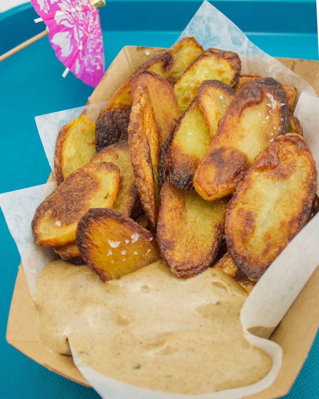 Patates croustillantes et mayo à l'ail noir
